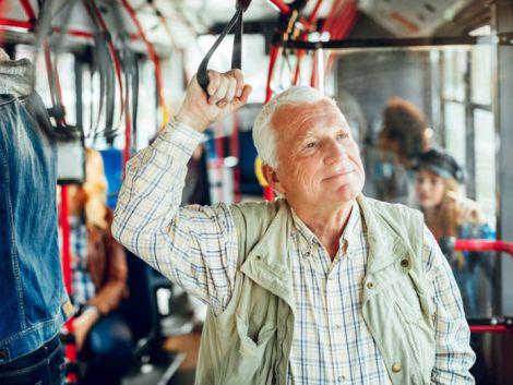 Людям похилого віку не варто поступатись місцем у транспорті