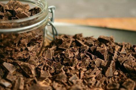 Вчені з'ясували, що шоколад з ранку допомагає жінкам худнути