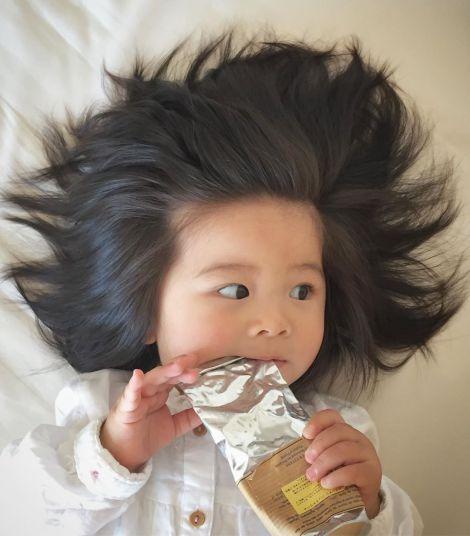 Маленька дівчинка з розкішним волоссям рекламує шампунь (ВІДЕО)