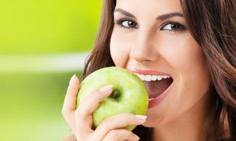 Яблука ефективно відбілюють зуби