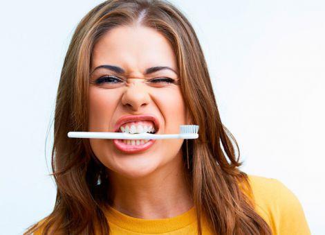 Основні причини пожовтіння зубів