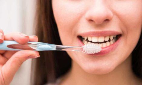 Вчені рекомендують чистити зуби не так часто