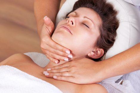 Дискомфорт в області шиї -одна із ознак захворювання щитовидної залози
