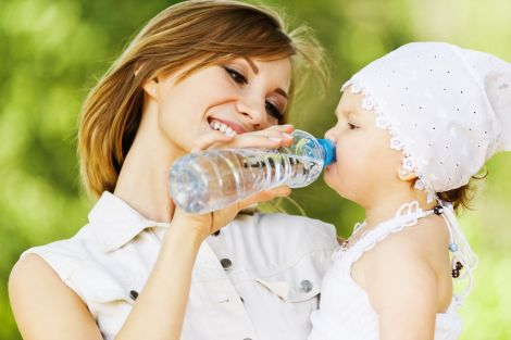 Чи шкідлива питна вода для малюків?