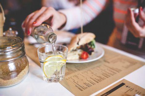 Фахівці не рекомендують пити воду під час їжі