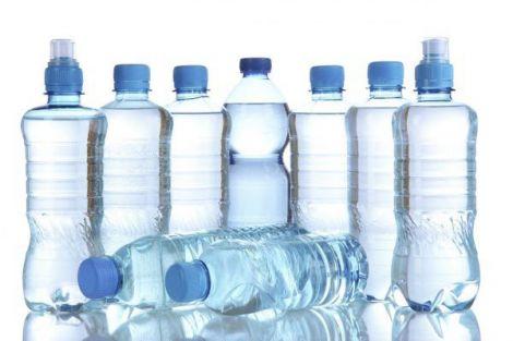 Вода у пластиковій пляшці