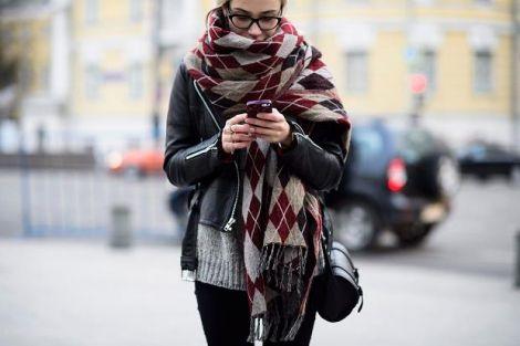 Зимові шарфи провокують появу прищів
