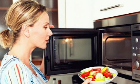 Яку їжу краще не розігрівати в мікрохвильовці?