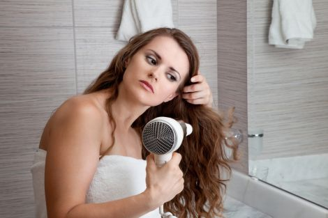 Від жирного волосся можна позбутись в домашніх умовах