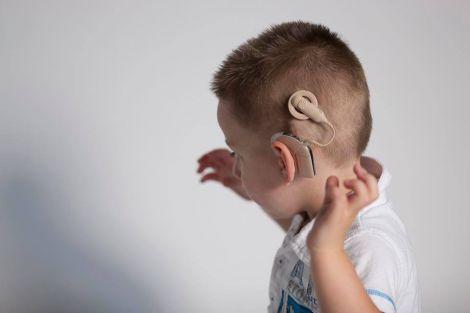 Молекулярний перемикач для віднослення слуху