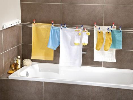 Чому не варто сушити одяг у квартирі?