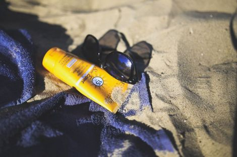 Експерти виявили канцероген в сонцезахисному кремі, який викликає рак шкіри