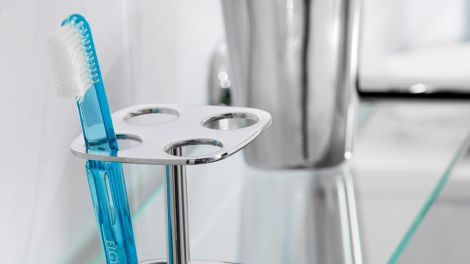 Чому зубну щітку не варто зберігати у ванній?