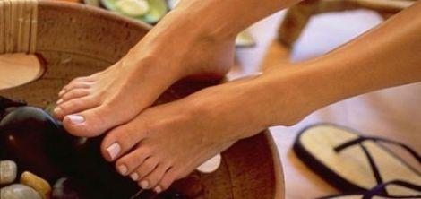Чистити шкіру на п'ятах можна спеціальним скрабом для ніг