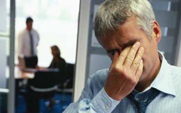 тертя очей може спричинити пошкодження ока