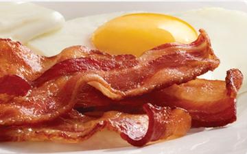 яєчня з беконом є ідеальним сніданком у разі похмілля