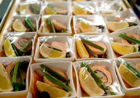Їжа у пластиковому посуді