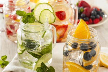 Додавайте у воду мед, фрукти