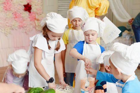 Навіть голодні діти діляться їжею