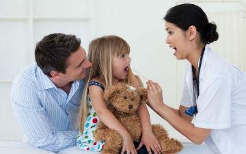Перші симптоми стоматиту - стомлюваність дитини та відмова від їжі