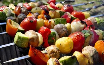 овочевий шашлик є однією з найкращих закусок до алкоголю