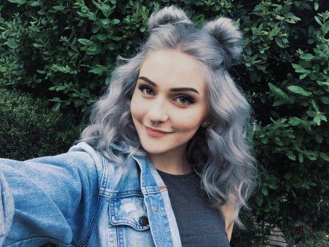 Сірий колір волосся у тренді цієї весни