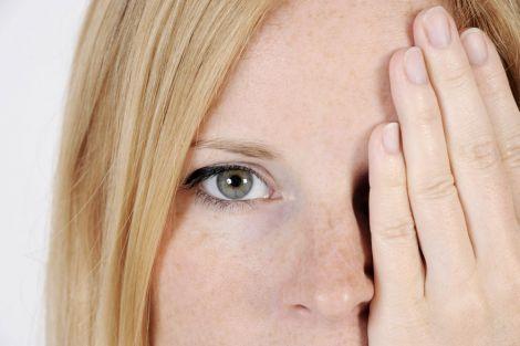 Онкологи назвали перші симптоми раку очей