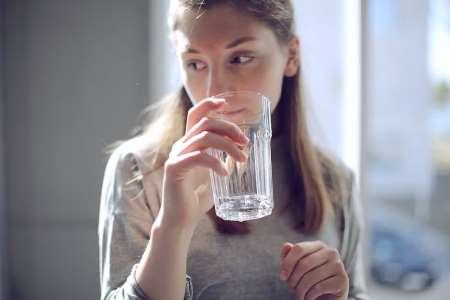 Тепла вода з лимоном і медом допомагає поліпшити роботу печінки