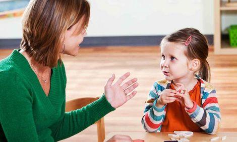 Детский психолог хорошо ладит с детьми