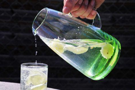 Вода, лимон і сода: простий напій, який позбавить організм від зайвого жиру