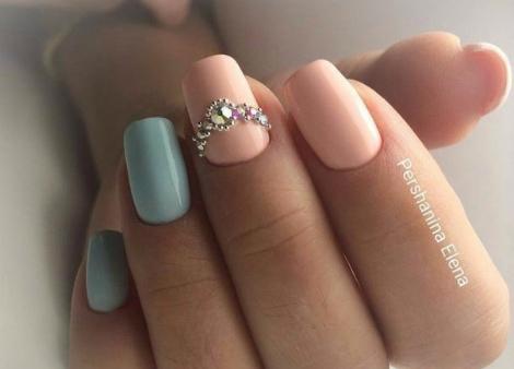 Манікюр нігтів з декоративними камінцями ( ФОТО)