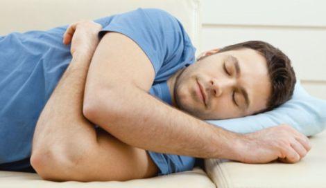 Чому корисно спати на боці?