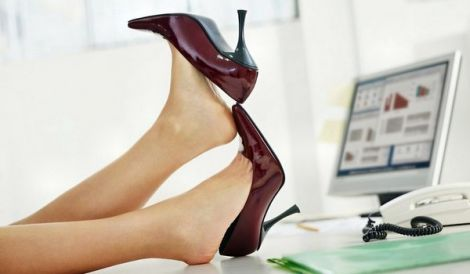 Ноги можуть набрякати від незручного взуття