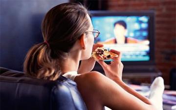 їжа вжита перед телевізором може обернутись зайвими кілограмами