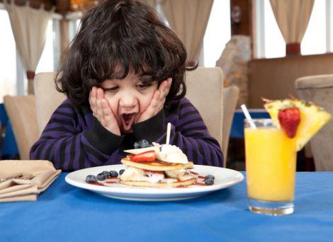 Як змусити бешкетну дитину регулярно їсти?