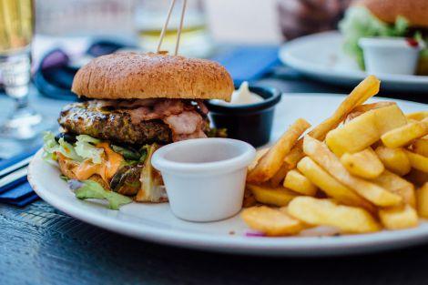 Чому люди вживають шкідливу їжу?