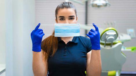 Стоматолог розповів про негативні наслідки носіння масок
