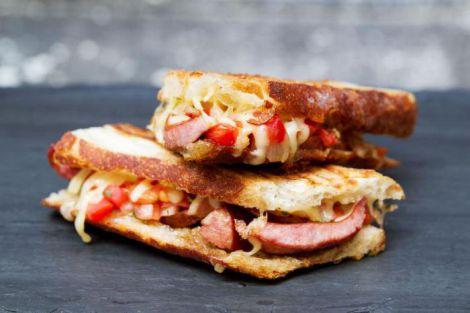 Гарячий бутерброд з ковбасою