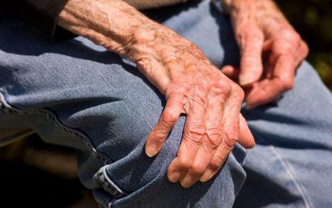 Хвороба Паркінсона часто проявляється у похилому віці