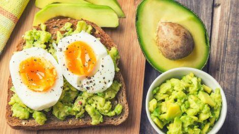 Тост з авокадо та яйцем