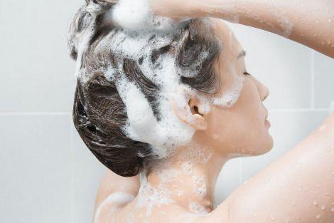 Миття волосся