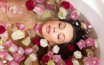 ванна з додаванням трояндового відвару омолодить шкіру