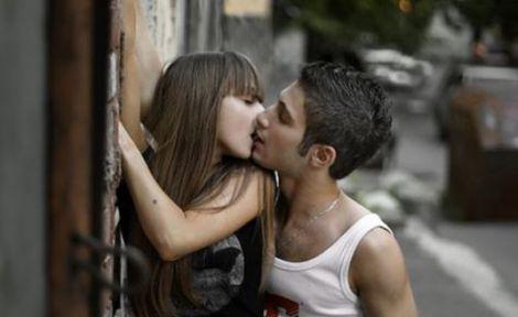 Поцілунки знижують рівень кортизолу