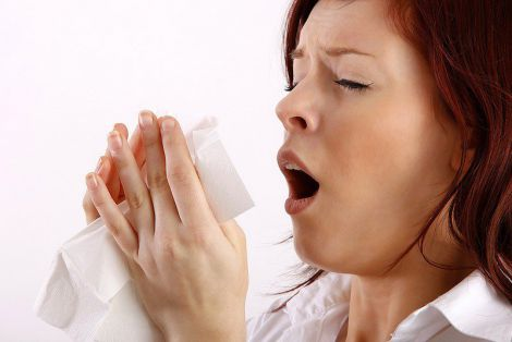 Жінку паралізувало через чхання