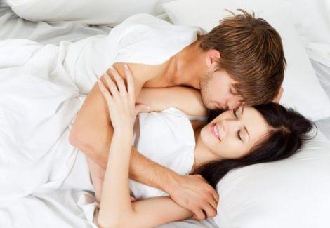Закохана пара у ліжку