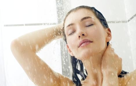Контрастний душ робить волосся менш пухнастим