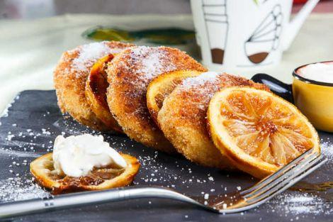 Дієтичні сирники з фруктами на сніданок