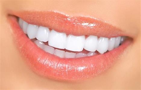 Чотири натуральних продукти, які відбілять ваші зуби
