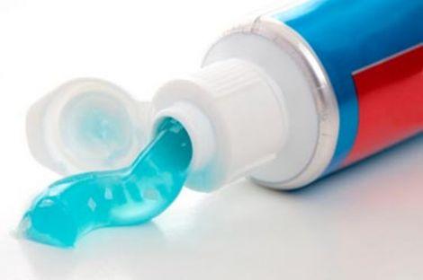 Зубна паста також корисна коли ви хочете відчистити свої нігті після впливу на них соку рослин/ягід