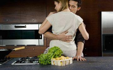 Двоє на кухні - до пристрасті